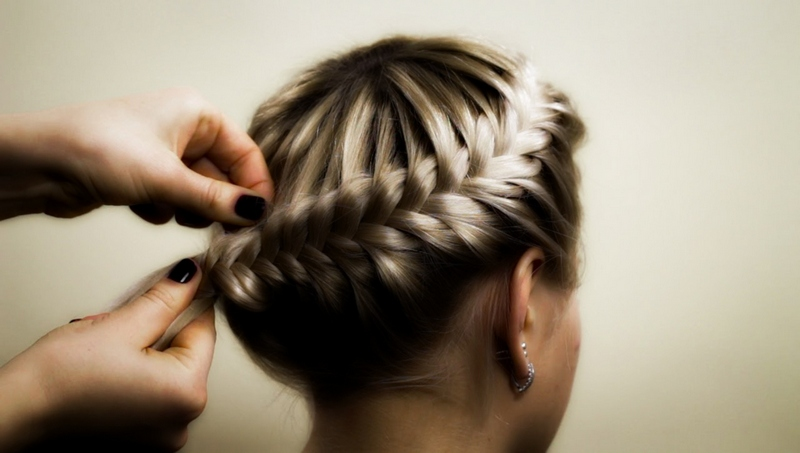 Как плести косички на короткие волосы